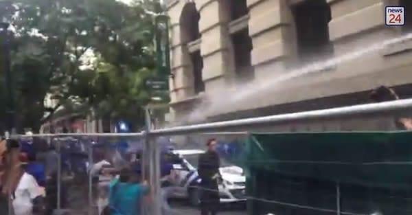 polic water cannons da protestors sona