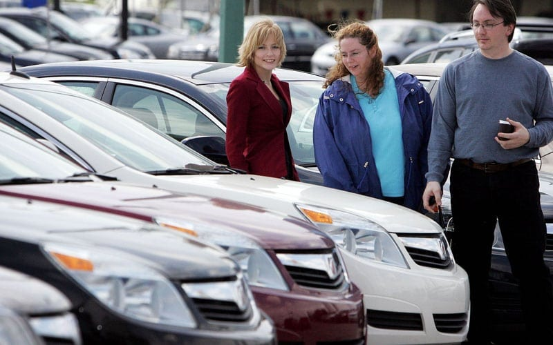 WOMEN-SALES   (left to right)  Meuset Black, a 20-year-old auto saleswoman at  Saturn of Regina, helps Laurie and Ken Whittal look for a new car on Friday, June 8, 2007 in Regina, Sask. -Photo by Troy Fleece (For CanWest)   For story by Sharon Adams (For CanWest News Service)