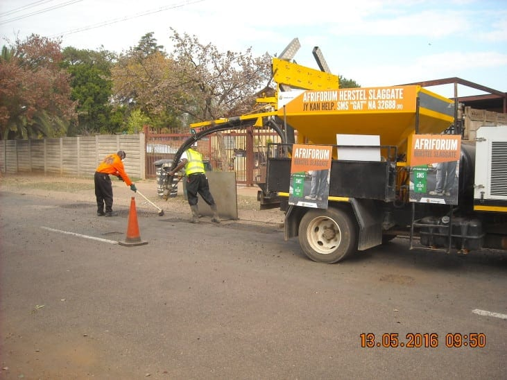 Afriforum says do it yourself as they start filling potholes if the government cant we can thats the attitude of afriforum who today 13 may 2006 started repairing 9312 m2 of potholes in the streets of gezina solutioingenieria Gallery